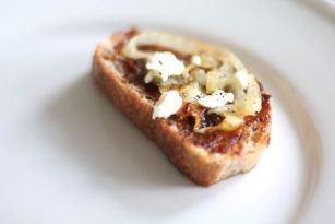 Fig, goat cheese & caramelized onion crostinis | easy appetizer