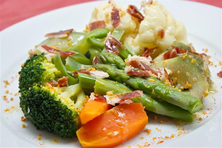 Triz Vega •  Menestra de verduras con jamón ibérico y crujiente de ajo