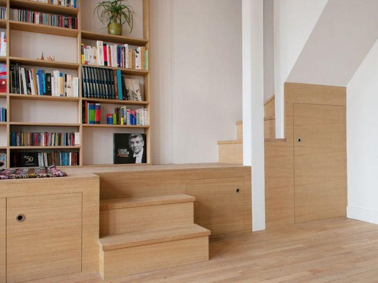 Rangements dans escalier avec estrade qui créer une alcove feutrée