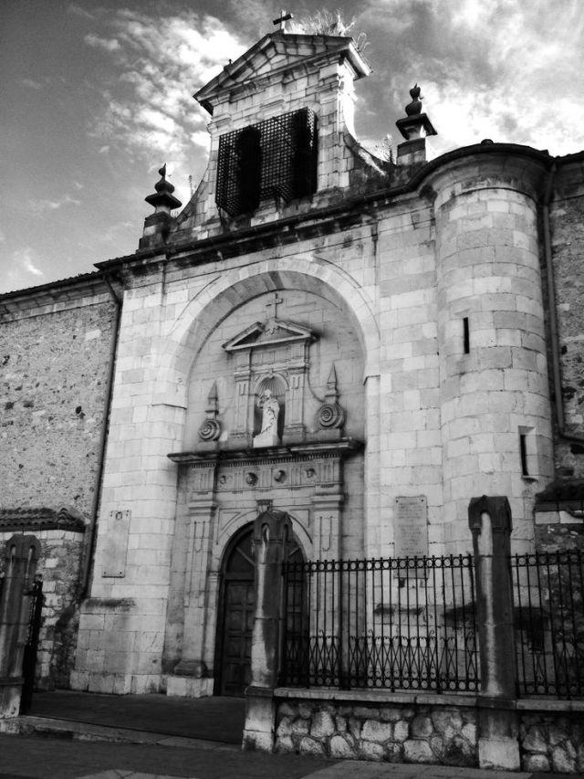 Iglesia de Nuestra Señora de la Consolación. Esta parroquia de estilo barroco se construyó en el s.XVIII y se ubica en la ciudad de Santander. Destaca por su pórtico rehundido con arco de medio punto en cuyo interior se instala una clásica fachada sobre pilastras adosadas a modo de arco triunfal. Como curiosidad, esta iglesia se eleva sobre los cimientos de un antiguo hospital y ermita dedicada a Nuestra Señora de la Consolación, de los que tenemos constancia escrita del año 1321.