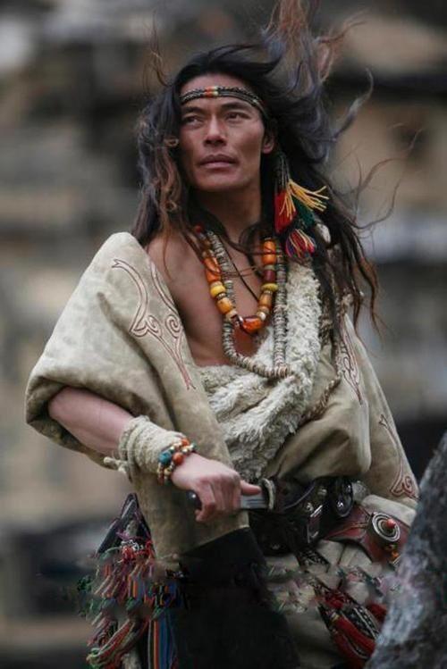 Uomo tibetano in abiti e gioielli tradizionali.  E 'tradizione per gli uomini tibetani di indossare gioielli stravaganti.