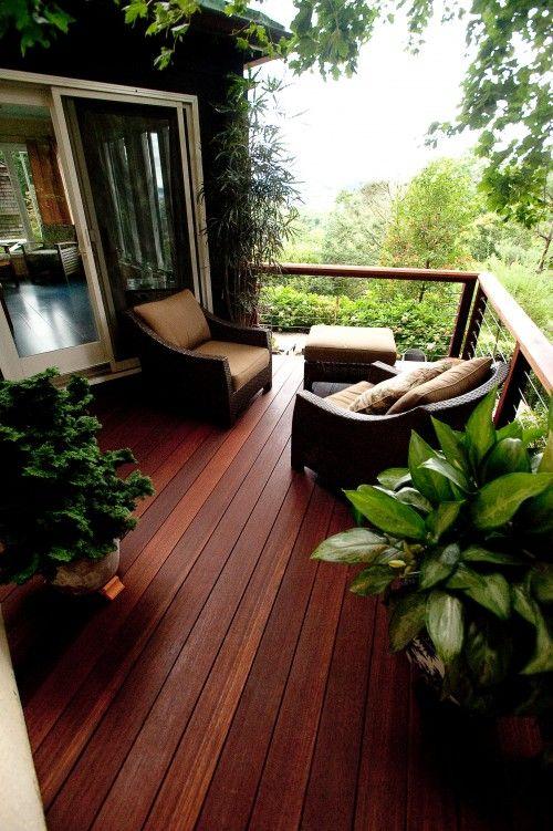 l legno di iroko, a differenza degli altri appena visti, tende a scurire con l'esposizione al sole piuttosto che ad ingrigire