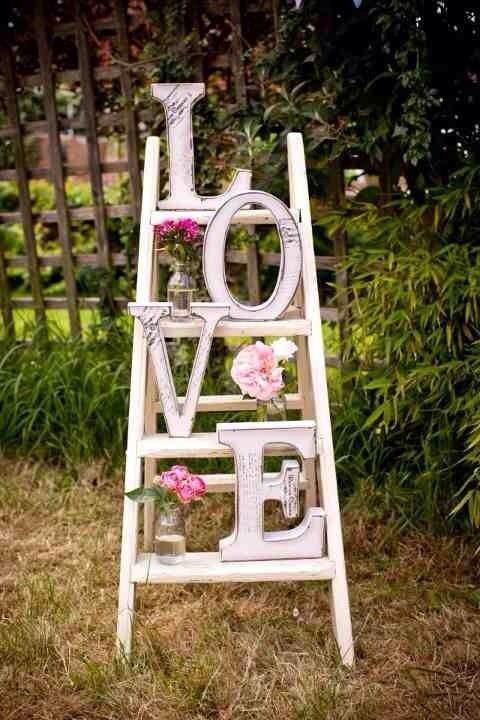 Decora tu boda con escaleras de madera mi boda diy for Escaleras de madera decoracion ikea