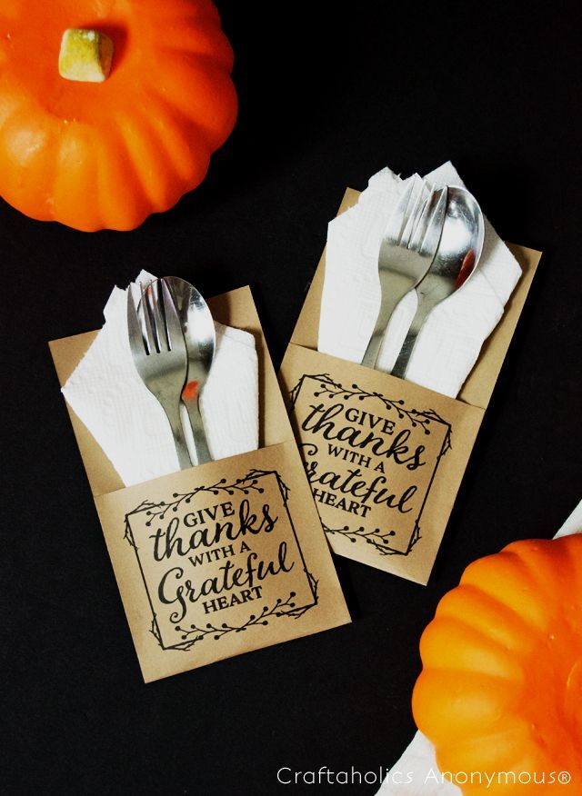 Thanksgiving utensil holders printable. Super cute and so easy with this printable. Love it printed on Kraft paper!