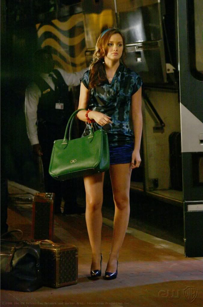 2x01 Wow! Blair in shorts! She looks good. I like the blue for a change. Lorick top.  Vera Wang shorts.  Delman shoes.  Salvatore Ferregamo bag.
