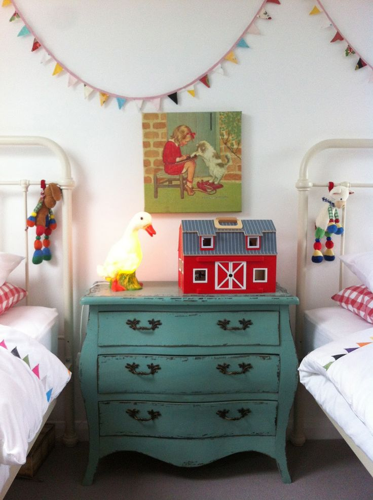 adore this vintage inspired shared girls' room
