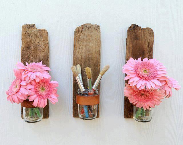 frascos de cristal sobre recortes de madera