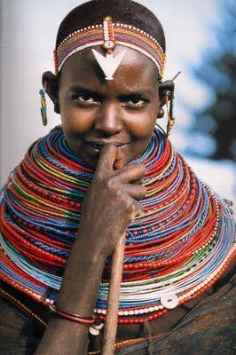 Kenya, Africa.  Samburu ragazza che porta una pila collana nubilato, tardo 20 ° secolo.  Fotografia: Angela Fisher