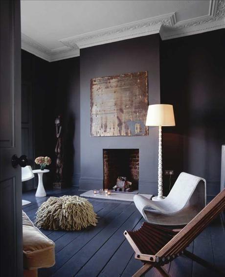 I vardagsrummet på första våningen står en kollektion stolar som den amerikanska däcksstolen och en...via Skona Hem