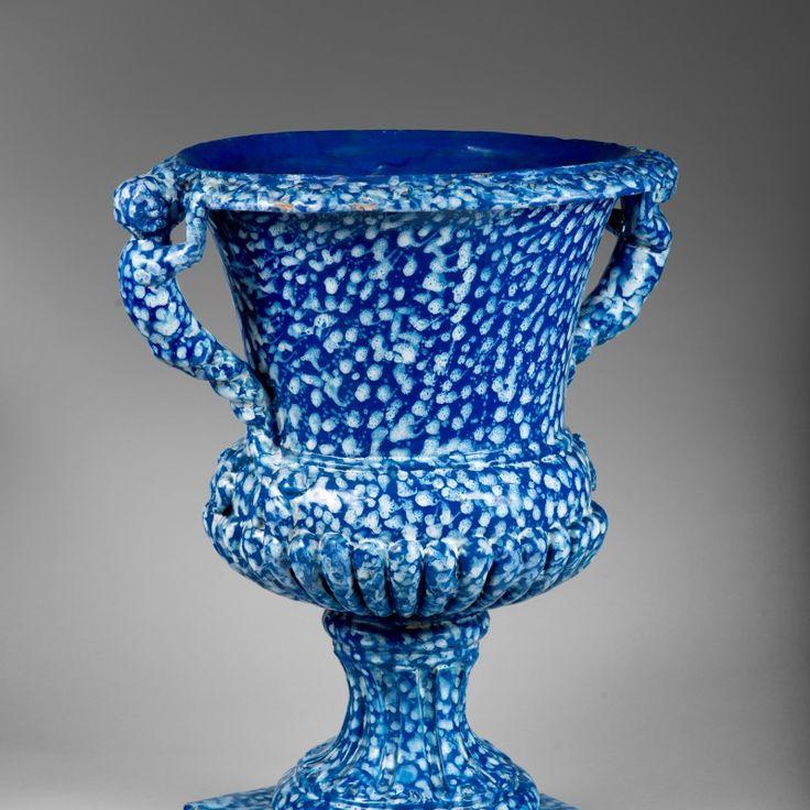 Vase de jardin circa 1670-1680 - Faïence stannifère, émail teinté de bleu de colbat, décor « à la bougie » en blanc fixe © Vandermeersch Michel, Biennale des Antiquaires 2014, Paris