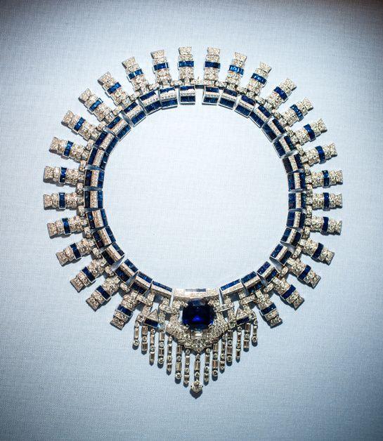 Collier Cartier en platine, diamants et saphirs, ayant appartenu à Marjorie Merriweather Post http://www.vogue.fr/joaillerie/a-voir/diaporama/joaillerie-bijoux-cartier-de-marjorie-merriweather-post-exposition-hillwood-estate-museum-gardens-washington-dc/19183/image/1011538#!collier-cartier-en-saphirs-de-marjorie-merriweather-post