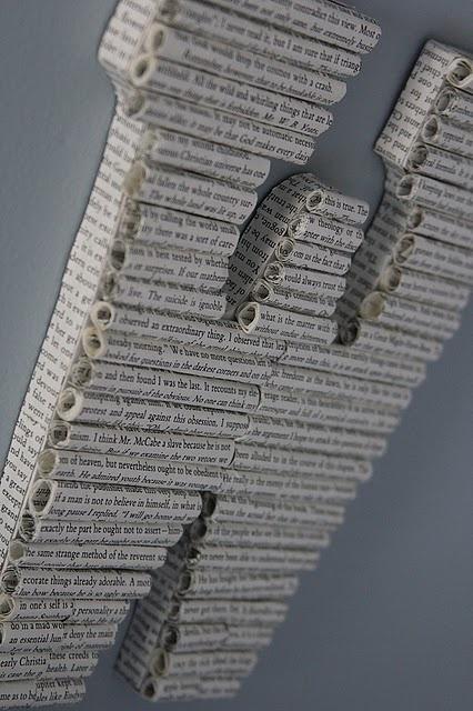 Styropor, ein altes Buch oder eine Zeitung... fertig sind so tolle Buchstaben für die Wand... so hübsch!