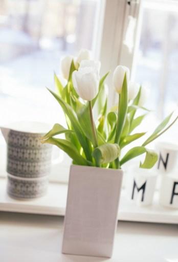 Tulipanes en jarrón de cerámica