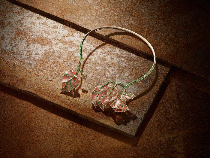 Shadow & Light - NUUN Haute Jewellery. Fleurs fanées. A yellow gold necklace set with tsavorite (22,60 ct).
