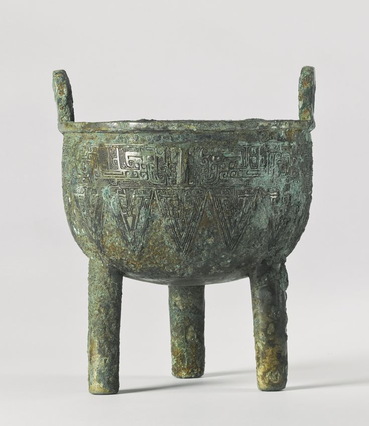 A bronze ritual food vessel (Ding), Late Shang Dynasty, 13 - 11th century BC