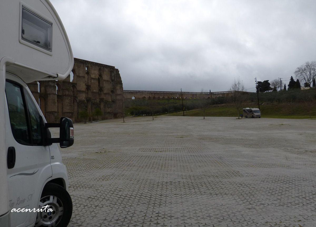 Elvas. Acueducto de Amoreira, explana con autocaravanas