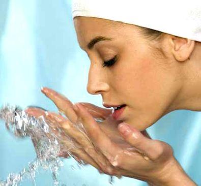 """Não tome banhos muito quentes, eles retiram a oleosidade natural da pele. Evite se ensaboar demais e não use bucha, isso retira a hidratação natural da pele. Prefira sabonetes suaves, """"hidratantes"""". Se tomar 2 banhos por dia, ensaboe o corpo todo em apenas 1 deles.  No outro, só ensaboe as áreas de dobra de pele (axilas, regiões inguinais e nádegas). Logo após o banho, com a pele ainda úmida, use um hidratante nas áreas ressecadas."""