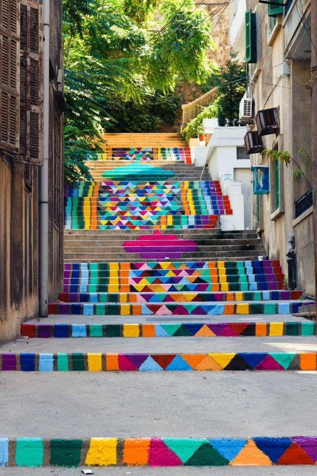 Dihzahyners E Il nomo di ONU Gruppo di artisti e progettista libanesi il Che Hanno colorato Le Strade della Città di Beirut.  Nella foto 73 scalini ridipinti in circa 7 ore di Lavoro.  http://www.facebook.com/mostrartigianato