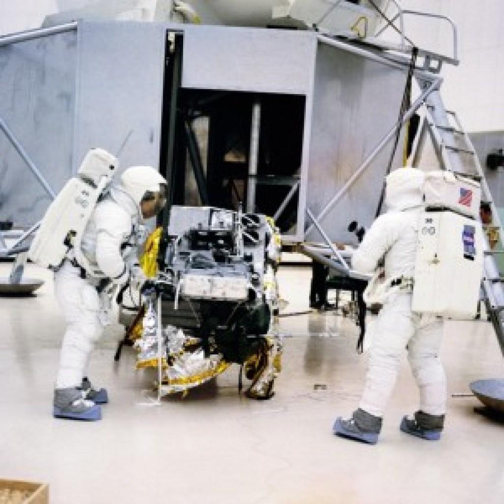 Zwei neue Bücher über die neue Faszination des Weltraums: 1,5 Zentimeter zum tödlichen Vakuum