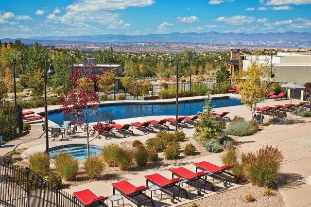 """Piscine du complexe avec chaises longues rouges à Santa Fe """"width ="""" 1280 """"height ="""" 853"""