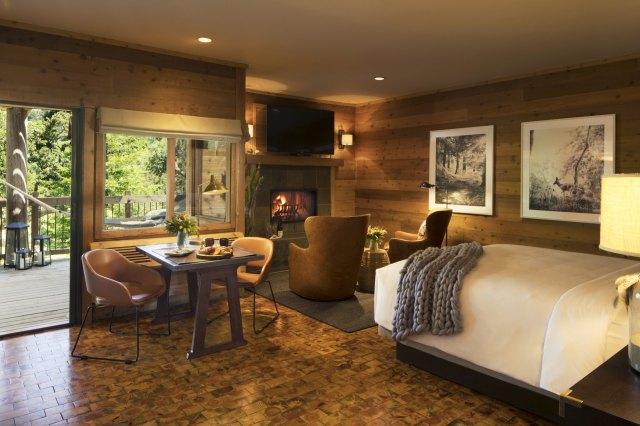 """Chambre d'hôtel confortable avec couverture au crochet sur le lit """"width ="""" 2000 """"height ="""" 1333"""