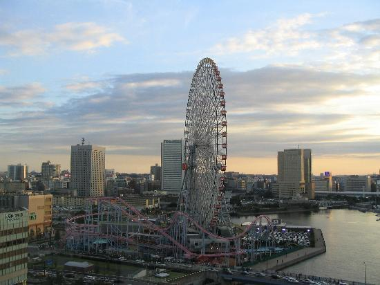 Yokohama, Jepang: Ferris Wheel from Intercontinental Grand at dusk