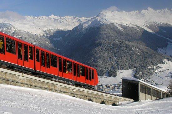 Ett tåg på väg in till Davos bland alperna