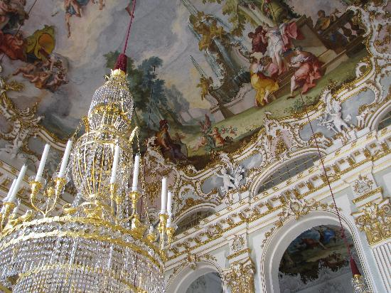https://i2.wp.com/media-cdn.tripadvisor.com/media/photo-s/01/15/aa/30/interior-of-the-palace.jpg