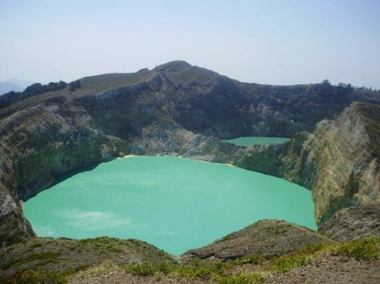 Danau Kelimutu saat ini 2 diantaranya berwarna Hijau Tosca ...