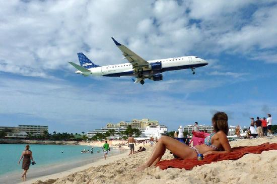 low - Picture of Maho Beach, St Maarten-St Martin