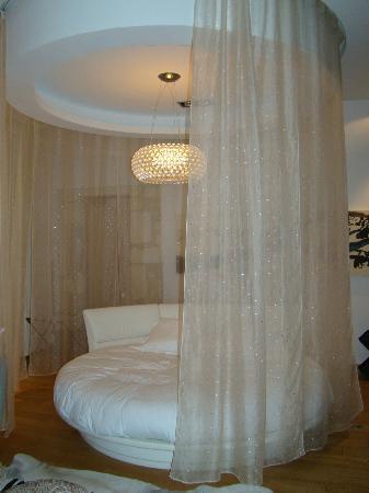 le rideau qui ferme le lit rond