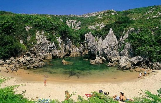 Playa de Gulpiyuri - Picture of Playa de Gulpiyuri, Llanes