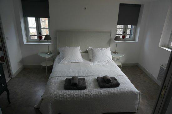 Le Fond de la Cour: Lovely light bedroom
