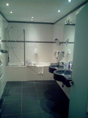 univers hotel brasserie salle de bain avec vasque et baignoire