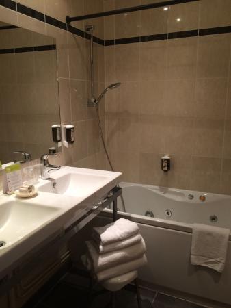 le phenix hotel salle de bain avec baignoire balneo