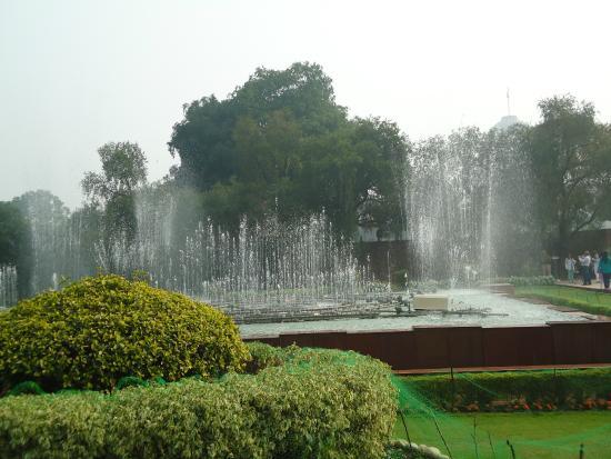 https://i2.wp.com/media-cdn.tripadvisor.com/media/photo-s/07/64/22/bb/mughal-garden.jpg?w=696&ssl=1