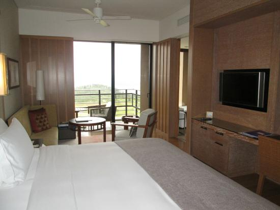 the ritz carlton okinawa un lit gigantesque et tres comfortable
