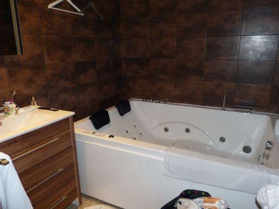 hotel beausejour la salle de bain avec baignoire balneo
