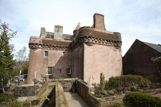 Want to rent a castle? View these castle hotels and ignite a dark romance; the best castle rentals in Scotland, Ireland, England. Referred by travel expert, Melanie Hönig.
