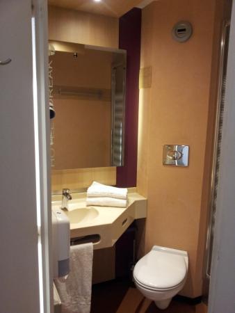 Salle De Bains Tres Compacte Mais Pratique Photo De Hotel Loreak Bayonne Tripadvisor