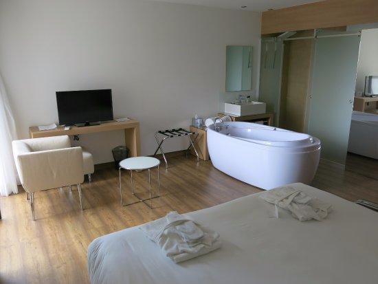 hotel mariosa vaste et claire chambre avec baignoire jacuzzi en plus de la douche