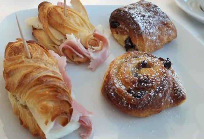 Petit Déjeuner Croissants Salés Et Viennoiseries Délicieux