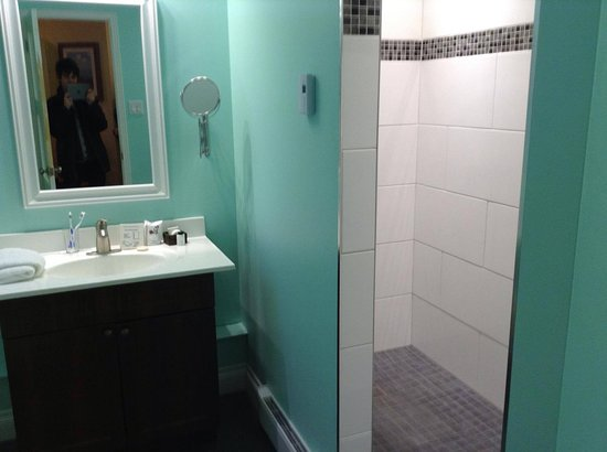 salle de bain super moderne avec une