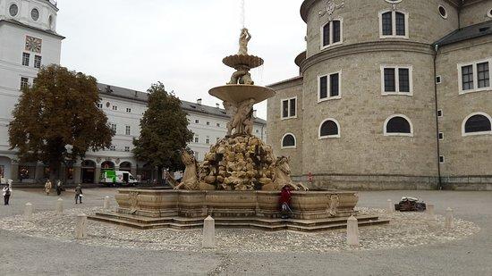 Fontana della Residenza: fotografía de Residenzbrunnen, Salzburgo ...