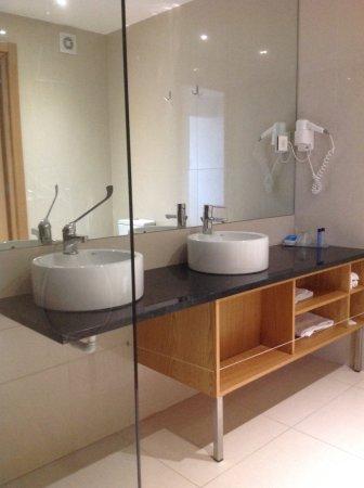 Salle De Bain Avec Double Vasque Et Une Grande Douche A L Italienne Picture Of Agua Hotels Riverside Lagoa Tripadvisor