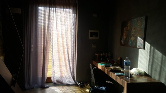 caol ishka hotel lit enfant sous les escaliers adosse au mur vitre de la salle