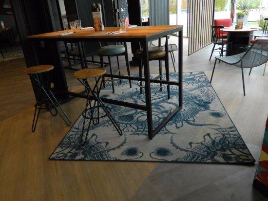 salle du restaurant table haute ou