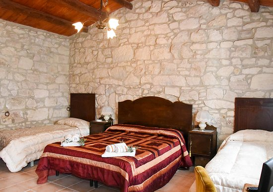 Camera Da Letto Con Mura In Pietra A Secco Soffitto In