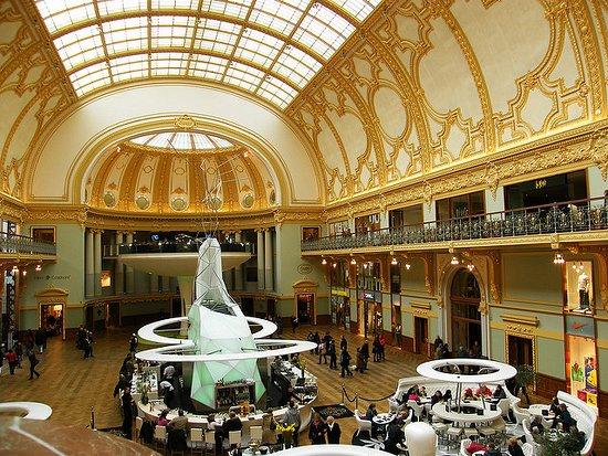 Centro comercial de lujo en un edificio histórico. - Opiniones de ...