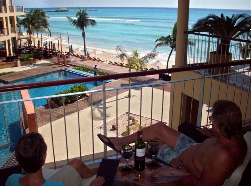 Disfruta la vida desde nuestro balcón con una hermosa vista y amaneceres, también.